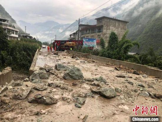 泸定县沙坝瓦店子桥梁发生水平位移道路中断。甘孜州公路建设服务中心