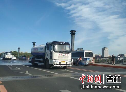 街路除尘实现机械化作业 王海龙/摄