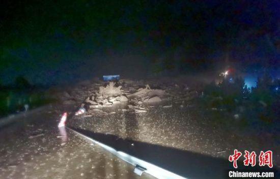 发生塌方和泥石流的雅西高速公路路段。高速交警提供