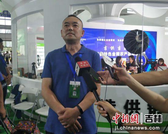 吉林省供销合作社科教社团处处长刘峰介绍直播带货情况 王海龙/摄