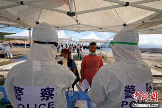 边检工作人员对上岛的渔民进行入境验放工作 黄伦茂 摄