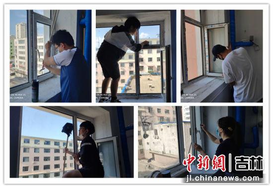 大学生志愿者们在认真的擦楼道玻璃 进学街道/供图