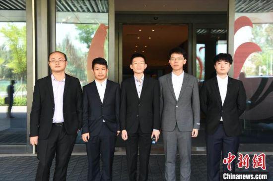 8月13日,山西华舰元工围棋队成立,陈正勋(左三)和世界冠军唐韦星(左一)等人一同亮相。 柴杰梁 摄