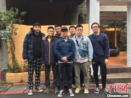 陈正勋(左二)和他生活中的朋友。受访者提供