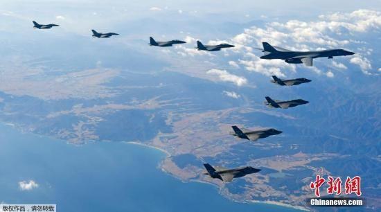 """资料图:美军B-1B轰炸机编队飞临半岛参加韩美年度大规模联合空中演习""""警戒王牌""""(Vigilant Ace)。"""