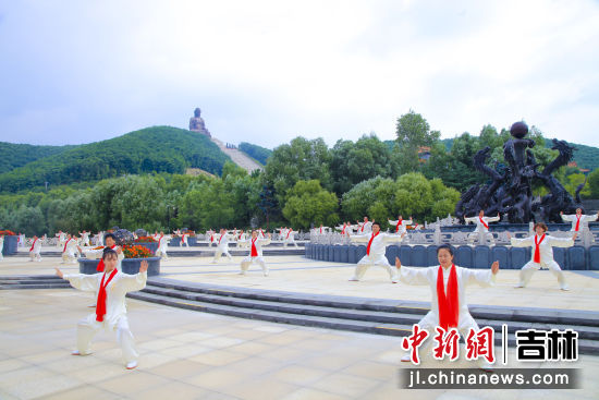 大型太极拳表演 动静相宜 六鼎山文化旅游区/供图