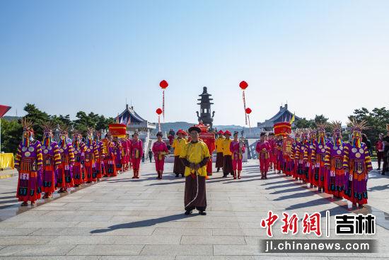 满族婚礼秀 异彩纷呈 六鼎山文化旅游区/供图