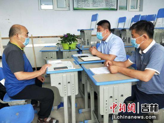 督导组与学校负责人进行约谈。敦化市纪委监委/供图