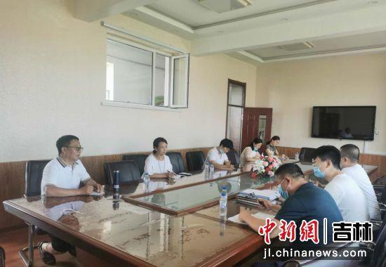 与学校班子成员集体谈话。敦化市纪委监委/供图