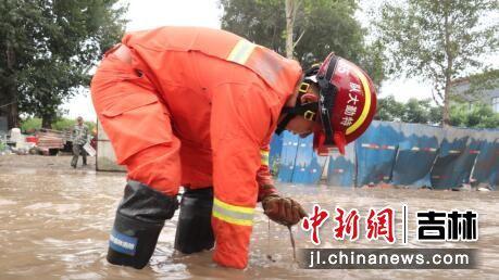 森林消防员正在清理排水口 吉林省森林消防总队/供图