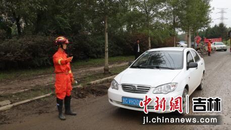 森林消防员正在疏导交通 吉林省森林消防总队/供图