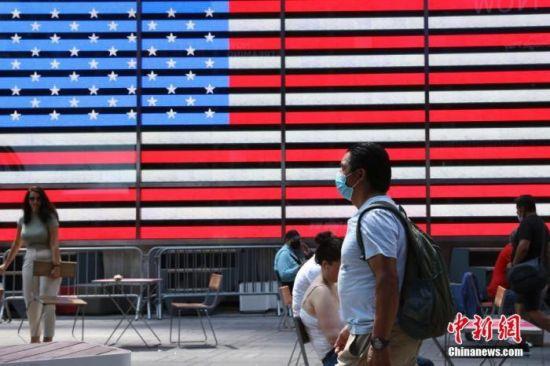 当地时间8月9日,美国纽约时代广场的行人。中新社记者 廖攀 摄