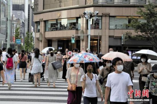 资料图:当地时间8月16日,日本东京街头。近期日本多地连续出现高温天气,为防疫添忧。 中新社记者 吕少威 摄