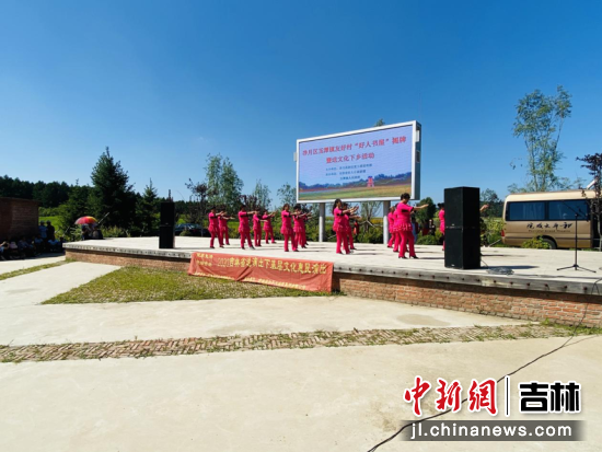 """吉林省和平大戏院为友好村奉上""""友好・乡情""""惠农文化大戏 李丹/摄"""