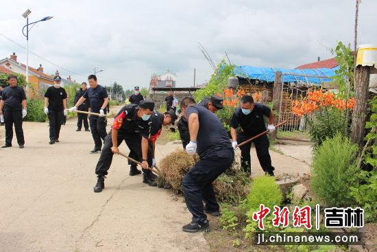 志愿者服务中。敦化市公安局/供图