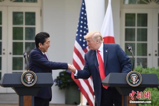 美国总统特朗普(右)与日本首相安倍晋三。 中新社记者 刁海洋 摄