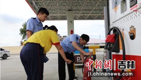 民警对辖区加油站进行安全检查 敦化森林公安局/供图