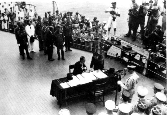 """1945年9月2日9时,同盟国接受日本投降签字仪式在美军 """"密苏里号""""战列舰上举行。"""