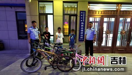 嫌疑人在指认被盗车辆 王春阳/供图
