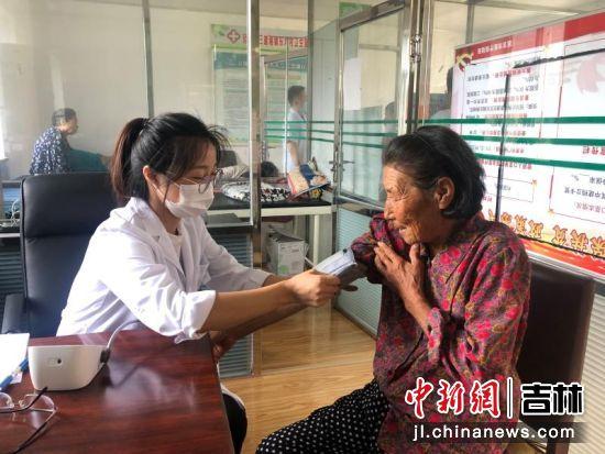 医生为村民测血压。延吉市中医医院/供图