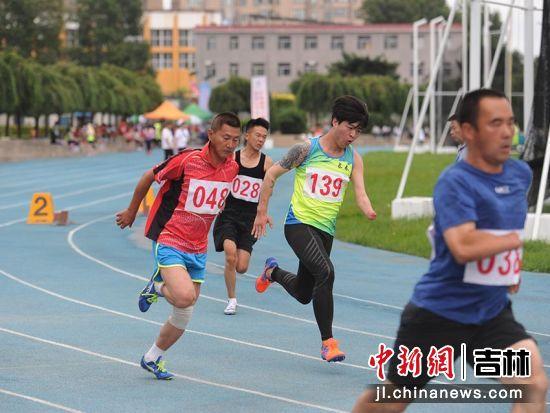 残疾人运动员正在比赛 刘栋/摄