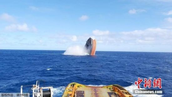 当地时间8月24日,在毛里求斯近海发生燃油泄漏事故的日本货轮断裂后,船体前半部分被拖曳至洋面上做沉海处理。