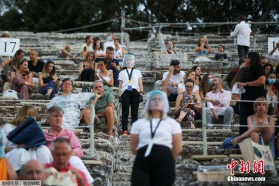 7月27日消息,希腊古剧场首次向全球直播古典戏剧演出。文字来源:央视新闻