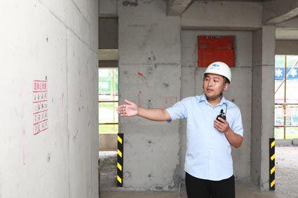 技术人员讲解现场施工工艺