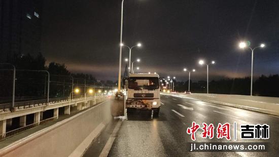 """长春城市管理系统应对台风""""巴威""""期间开展雨中除尘作业"""