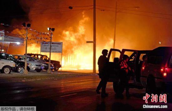 当地时间2020年8月24日晚,美国威斯康星州基诺沙,抗议者纵火燃烧一间办公室。