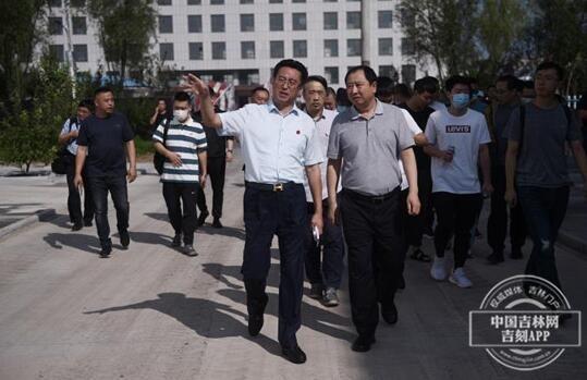 长龙药业总裁张晓光向媒体采访团做介绍