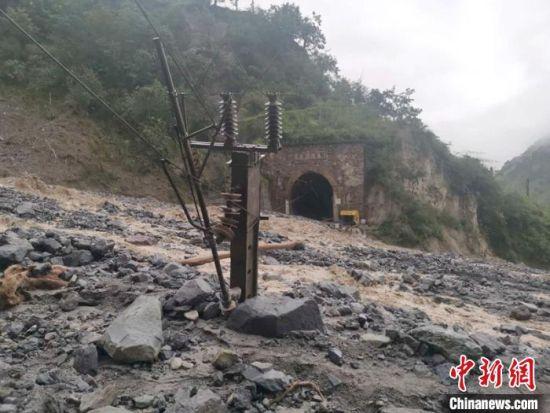 因泥石流受损的成昆铁路区间。 刘伟建 摄