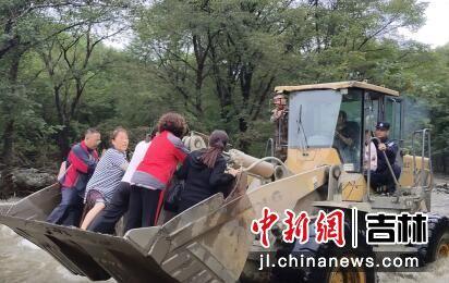 受困群众乘坐铲车到达安全地带 庄佳玮/供图