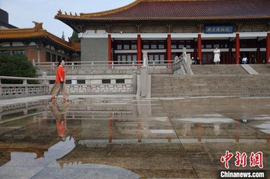 殷伊玲在南京博物院内走过。 泱波 摄