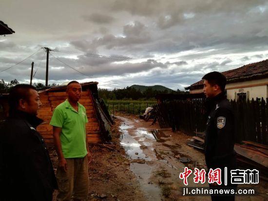民警对辖区居民宣传如何应对台风 白河森林公安局 供图