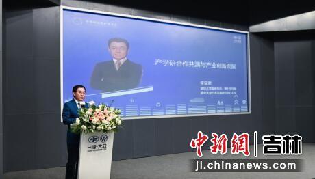 清华大学副研究员、博士生导师、清华大学汽车发展研究中心主任李显君发表主旨演讲