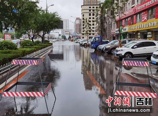 在市区低洼处设立安全警示架 杨婷婷/供图