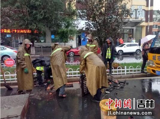 疏通雨水井 杨婷婷/供图