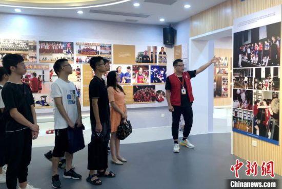 仪式前,受助学生共同参观了中国女排腾飞纪念馆,大家重温了中国女排的拼搏历程和光辉岁月。 张金川 摄
