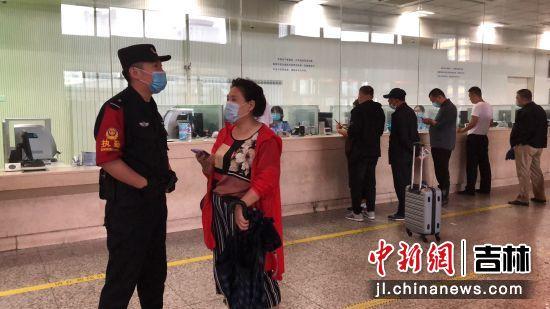 解答退票旅客问询 吉林铁路警方/供图