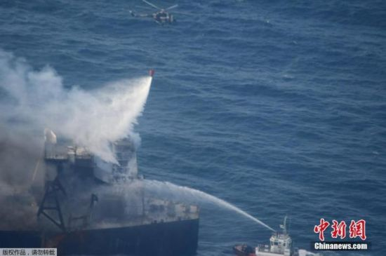 """当地时间9月6日,在斯里兰卡以东海域,救援船正在为新钻石号油轮灭火。 据悉,""""新钻石""""号油轮火势已得到控制,目前没有漏油风险。"""