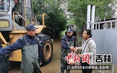 民警帮助居民安全转移 大石头森林公安局/供图