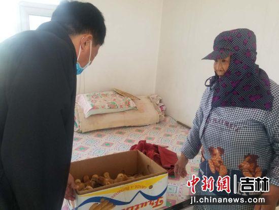 白城市通榆县宏铭轩牧业有限公司为残疾人发放鸡雏 吉林省残联/供图