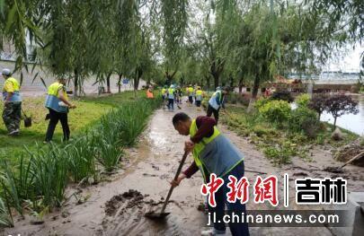 环卫工人清理淤泥。王晓彤/供图