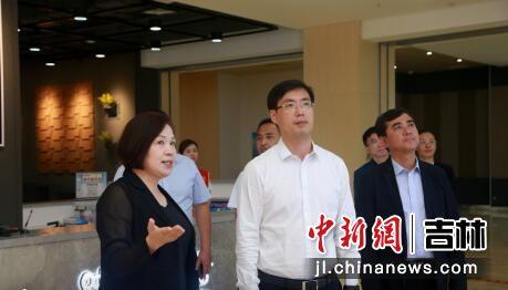 洪庆(左二)在青少年活动中心慰问。 李军广/摄