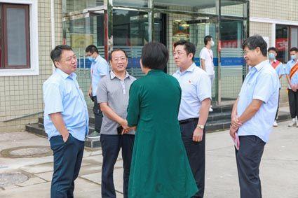 中国二十二冶相关人员与唐山市总工会、津西钢铁等目标客户交谈