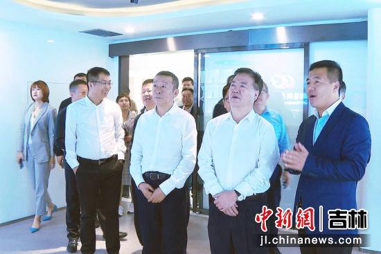 9月11日,天津市政协副主席、民革天津市委会主委齐成喜带队到农安县考察。