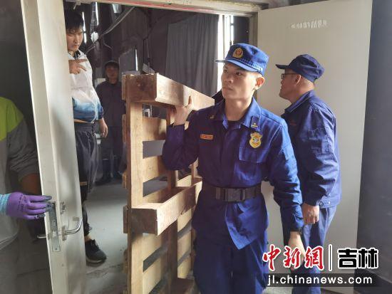 敦化大队抢运资产 敦化市森林消防大队/供图