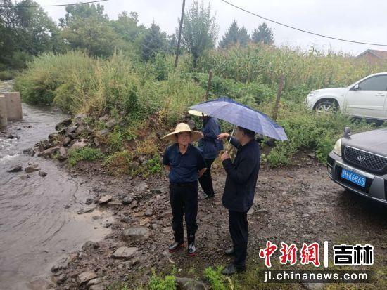 市人大姜明学副主任实地踏查水情 敦化市委宣传部/供图