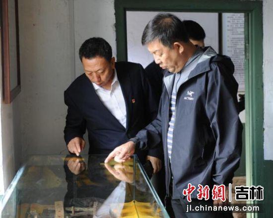 曹树清(左一)向支建华(左二)介绍老黑河博物馆文物 刘栋/供图